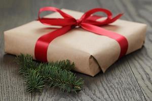 confezione regalo di Natale con nastro