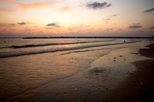 tramonto su una spiaggia foto