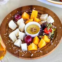 formaggio assortito con salsa su un piatto di legno