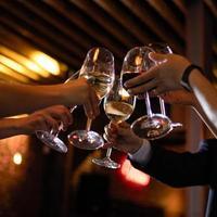 amici tintinnano bicchieri di vino