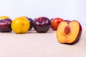 frutta prugna a fette close up su sfondo bianco foto