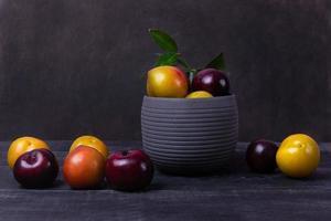 frutta prugna colorata in una pentola foto