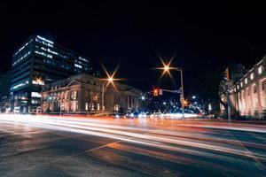 vista notturna di strada asfaltata