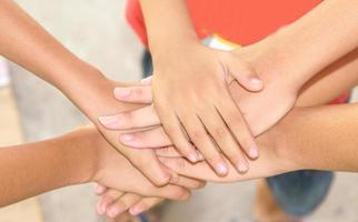unendo le mani per il lavoro di squadra