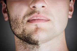 bell'uomo con metà faccia rasata
