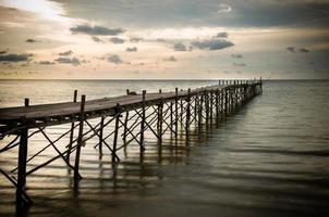 molo sulla spiaggia in legno con effetto filtro colore foto
