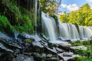 acqua che scende dalla cascata keila-joa, estonia