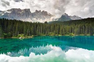 lago di carezza, dolomiti, italia foto
