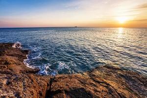 spiaggia tropicale al tramonto.