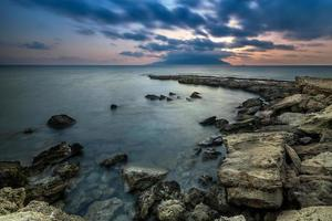 costa rocciosa, durante il tramonto in Grecia.