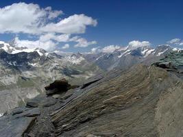 valle di montagna alpina con neve e ghiacciaio in estate foto