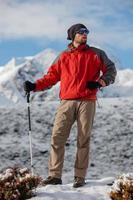 escursionista in posa in himalaya davanti a grandi montagne
