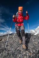 l'escursionista cammina sul treno in Himalaya