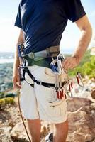 imbracatura da arrampicata con attrezzatura di sicurezza