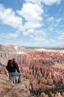xxl uomo che si affaccia sul canyon foto