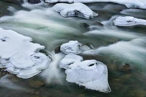 rapide del torrente chiaro di inverno