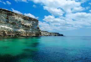 vista sul mare con costa rocciosa