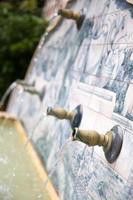 acqua che esce dai tubi di una fontana