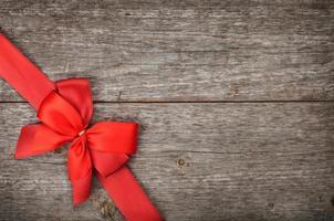 fondo in legno con fiocco rosso e nastro