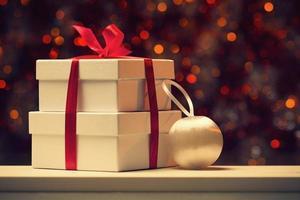 confezione regalo bianca su luci sfocate astratte