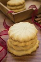 biscotti al burro sul tavolo foto