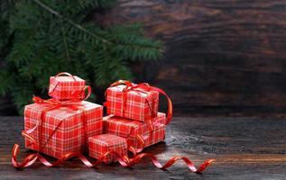 confezione regalo di Natale su uno sfondo di legno