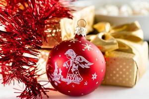 decorazioni natalizie e scatola dorata con nastro