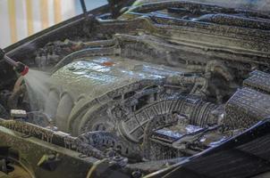 lavaggio del motore dell'auto con schiuma