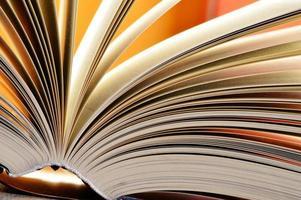 composizione con libri a copertina rigida in biblioteca