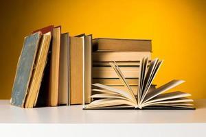 libri sul tavolo. foto