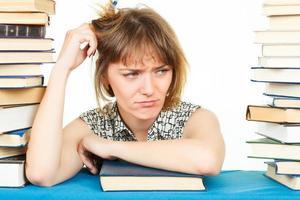 ragazza con libri isolati su sfondo bianco. nella biblioteca