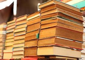 pila di vecchi libri in vendita foto