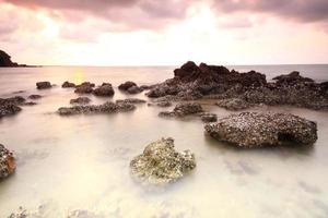 lunga esposizione di mare e scogli foto