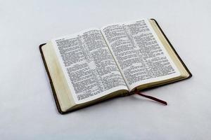Bibbia aperta su sfondo bianco
