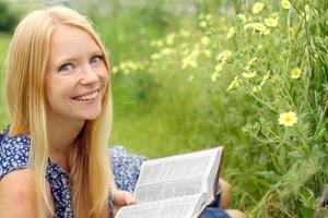 donna che legge la Bibbia fuori foto