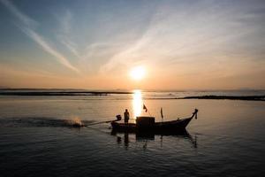 sagome di barche da pesca sul mare delle Andamane, Thailandia