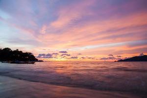 tramonto spiaggia di patong, phuket, thailandia