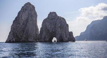 Isola dei Faraglioni e scogliere, Capri, Italia