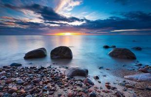 bella spiaggia rocciosa all'alba o al tramonto.