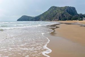 onda del mare sulla spiaggia di sabbia foto