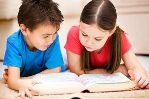 i bambini sta leggendo il libro