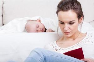 madre che legge un libro foto