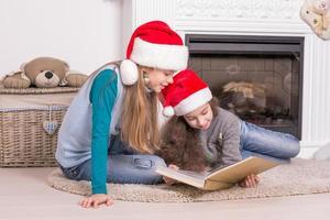 sorelle che leggono una storia di Natale.