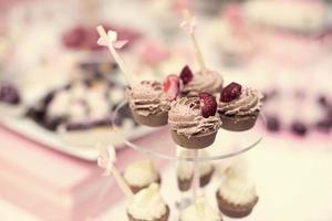 tavolo di caramelle nuziali colorate con tutte le prelibatezze al cioccolato