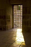 la luce del sole passa dalla finestra della prigione