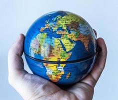 globo nel palmo della mano europa / africa da vicino foto