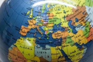 mappa di europa / nord africa / medio oriente su un globo foto