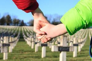 i bambini camminano mano nella mano per la pace prima guerra mondiale