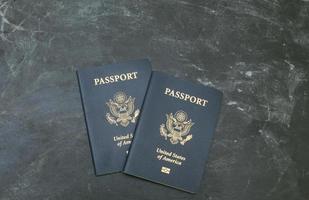 due passaporti statunitensi su sfondo nero foto