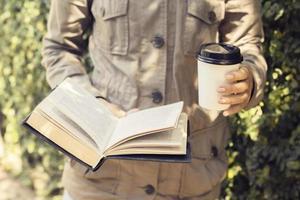 ragazza con una tazza di caffè e un libro foto
